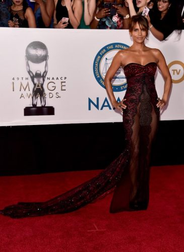 Halle-Berry-wows-on-red-carpet-