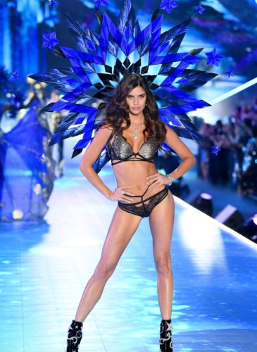 hbz-vs-fashion-show-2018-sara-sampaio-gettyimages-1059370226